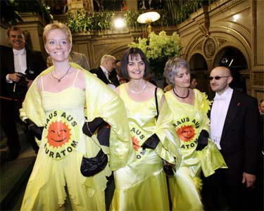 Raus aus EURATOM - atomstopp und PLAGE auf Wiener Opernball